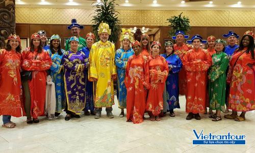 Đoàn khách quốc tế tham gia các hoạt động trải nghiệm du lịch tại Việt Nam.