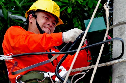 Công nhân ngành điện sửa chữa trên đường dây. Ảnh: PV