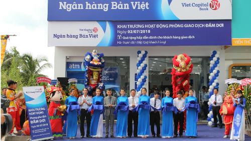 Đại diện Ngân hàng Bản Việt cắt băng khai trương phòng giao dịch Đầm Dơi.