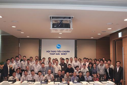 Các thành viên công ty tại một hội thảo về tiêu chuẩn tháp giải nhiệt.