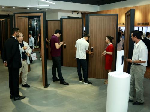 Khách hàng tham quan một cửa hàng bán ổ khóa cửa tại TP HCM.