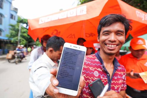 Một ngư dân Myanmar đăng ký thành công Mytel.