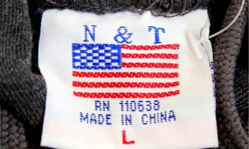 Mác áo một chiếc áo len bán trong một cửa hàng lưu niệm tại Washington (Mỹ). Ảnh: Reuters