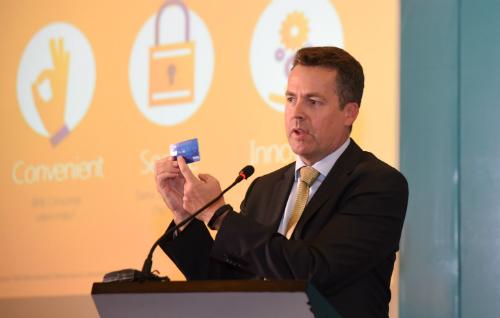 Ông Sean Preston cầm trên tay chiếc thẻ ngân hàng có công nghệ thanh toán không tiếp xúc.