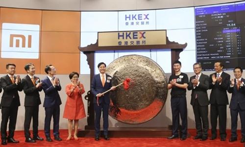 Chủ tịch kiêm CEO Xiaomi - Lei Jun đánh cồng trước phiên giao dịch đầu tiên sáng nay. Ảnh: SCMP