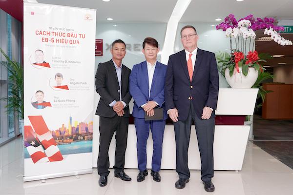 Từ trái qua: ông La Quốc Phong, ông Angelo Park, luật sư Timothy D. Knowles. Ảnh: Tuấn Nhu.