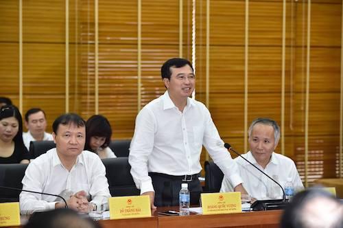 Thứ trưởng Hoàng Quốc Vượng đứng lên báo cáo về lĩnh vực năng lượng với Tổng bí thư Nguyễn Phú Trọng. Ảnh: Nhật Bắc