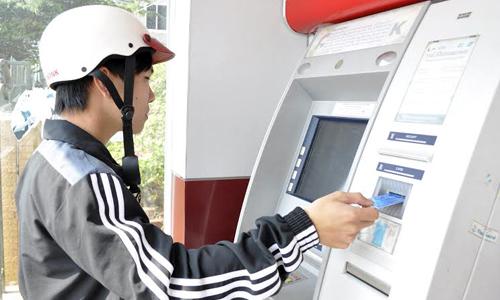 Người dân rút tiền tại một cây ATM. Ảnh: P.V