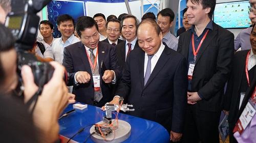 Thủ tướng thăm gian hàng công nghệ của FPT tại triển lãm công nghệ 4.0 sáng nay.