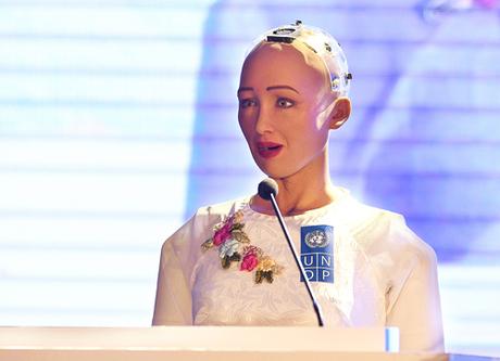 Robot Sophia mặc áo dài trắng, dù không thể tự di chuyển, giao lưu với khán giả Việt Nam về 4.0. Ảnh: Giang Huy.