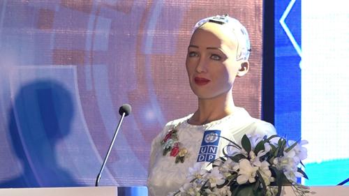Robot Sophia mặc áo dài trắng giao lưu với khán giả Việt Nam về 4.0. Ảnh: Lộc Chung.