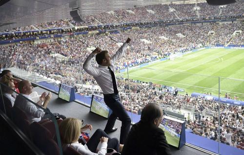 Tổng thống Pháp Emmanuel Macron cổ vũ trong trận chung kết. Ảnh: AP