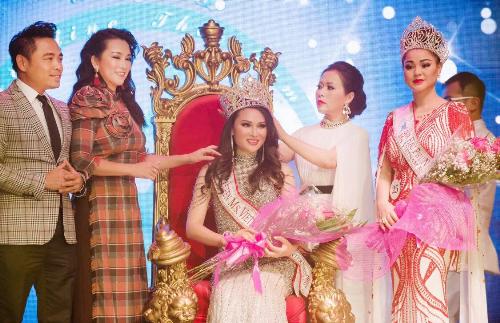 CEO Kristine Thảo Lâm, nhiếp ảnh gia Huy Khiêm và ca sĩ Hương Thủy trao vương miện cho tân Hoa hậu Đinh Thị Hương Giang.