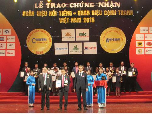 Đại diện Sacombank nhận danh hiệu Top 20 nhãn hiệu nổi tiếng hàng đầu Việt Nam.Mọi thông tin chi tiết, khách hàng vui lòng liên hệ:  Các điểm giao dịch Sacombank trên toàn quốc; Hotline 1900 5555 88; Email: ask@sacombank.com; Website: www.sacombank.com.vn hoặc khuyenmai.sacombank.com.