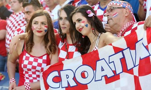 Người hâm mộ Croatia chụp ảnh trước trận đấu. Ảnh: Reuters