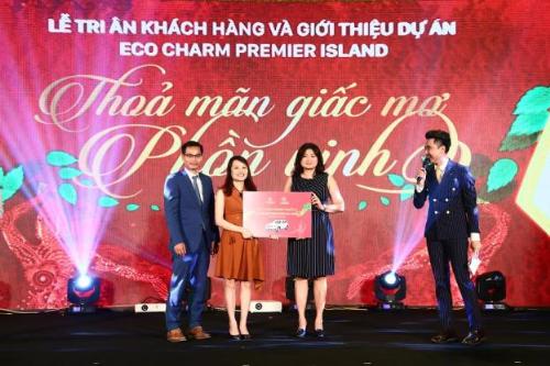 Bà Trần Thị Phương Mai - Phó Chủ tịch HĐQT Gami Group, Tổng giám đốc Gamiland trao giải thưởng đặc biệt là một chiếc xe hơi Mercedes GLC 250 trị giá 2 tỷ đồng cho nhà đầu tư may mắn. Thông tin chi tiết dự án: http://gamiecocharm.vn/