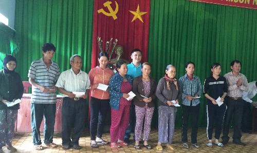 Đại diện Phát Đạt trao quà hỗ trợ cho những hoàn cảnh khó khăn tại...