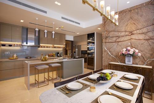 Hình thực tế gian bếp ấm áp với nội thất hiện đại của căn hộ 4 phòng ngủ tại nhà mẫu Q2 Thao Dien.