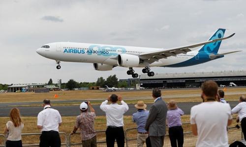 Khách tham quan dự Triển lãm Hàng không Quốc tếFarnborough. Ảnh: Reuters