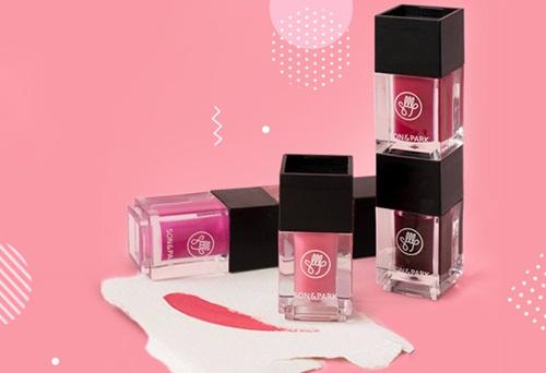 Son kem từ Hàn Quốc -Son&Park Air Tint Lip Cube- giảm còn 104.880 đồng, giá gốc 262.000 đồng. Dòng sản phẩm có nhiều tông màu như hồng, đỏ cam, tím... phù hợp với nhiều màu da, mang lại sức sống và quyến rũ cho làn môi.
