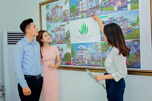 Khách hàng tham quan tìm hiểu biệt thự tại Phú Cát City.