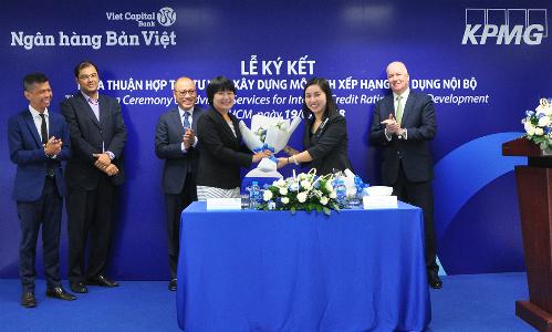 Lễ ký kết thỏa thuận tư vấn xây dựng mô hình xếp hạng tín dụng nội bộ giữa đại diện Bản việt và KPMG.