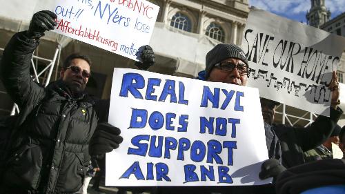 Người biểu tình phản đối dịch vụ Airbnb tại New York. Ảnh: Reuters