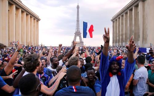 Người Pháp ăn mừng chức vô địch World Cup 2018 tại Paris. Ảnh: Reuters.