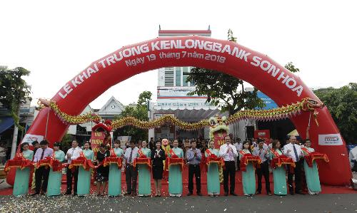 Nghi thức cắt băng khai trương KienlongbankSơn Hòa.