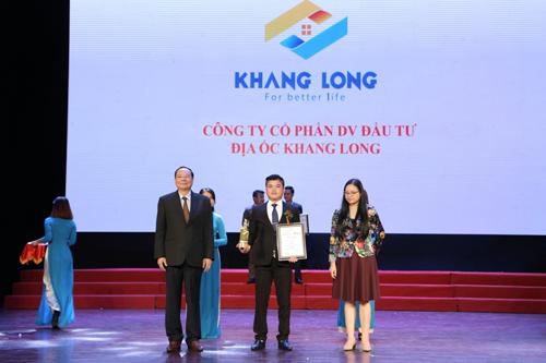 Ông Lê Quốc Trị - Tổng giám đốc Địa ốc Khang Long lên nhận giải thưởng.