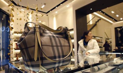 Một chiếc túi xách được bày bán của Burberry. Ảnh: Reuters.