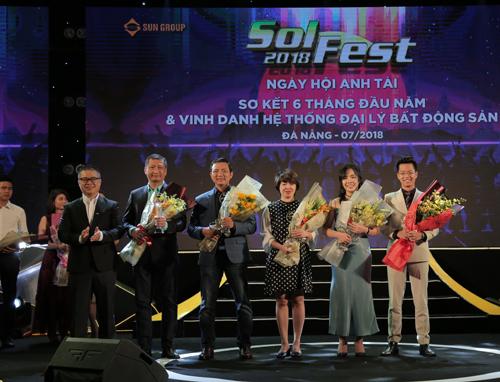 Ông Đặng Quốc Việt, Giám đốc Công ty SmartRealtors and Partners (cầm hoa ngoài cùng bên trái) nhận giải thưởng Đại lý xuất sắc nhất 6 tháng đầu năm 2018 từ Sun Group.