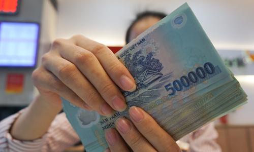 Giao dịch viên tại một ngân hàng thuộc Hà Nội. Ảnh: Anh Tú