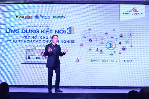 Ông Trần Đức Huy - Tổng giám đốc Saint-Gobain Việt Nam giới thiệu ứng dụng Kết nối 3S tại họp báo ra mắt sản phẩm.
