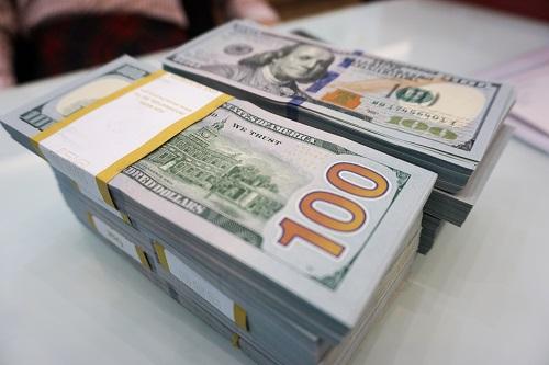 Giao dịch USD tại một ngân hàng. Ảnh: Anh Tú