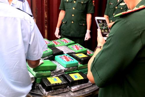 Hải quan thu giữ 100 bánh cocain chứa trong container thép phế liệu. Ảnh: Hà Trường.