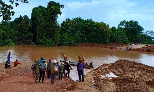 Người dân sơ tán sau vụ vỡ đập tại Lào. Ảnh: Reuters