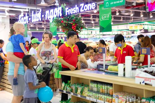 Siêu thị VinMart thu hút nhiều khách hàng ngày đầu đi vào hoạt động.
