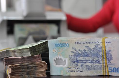 Giao dịch tiền đồng tại ngân hàng thương mại. Ảnh: PV.