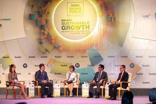 Bà Nguyễn Thị Phương Thảo (giữa) cùng thảo luận với các chuyên gia tại phiên đầu tiên của Diễn đàn Kinh doanh năm 2018.