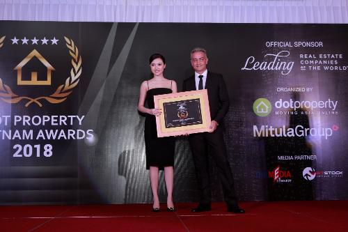 Nữ hoàng sắc đẹp toàn cầu Ngọc Duyên - Đại sứ thương hiệu Tập đoàn Sunshine Group, Giám đốc phát triển dự án Sunshine Marina Nha Trang Bay nhận giải thưởng Công trình mang tính biểu tượng Việt Nam 2018 - Best Iconic Development cho Dự án Sunshine Marina Nha Trang Bay.