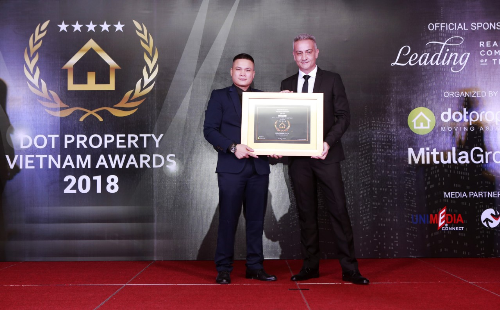 Ông Lê Nhỏ - Phó Tổng giám đốc Tập đoàn Sunshine Group nhận giải thưởng Nhà ở hạng sang tốt nhất Việt Nam 2018 - Best Luxury Landed Development cho dự án Sunshine City.