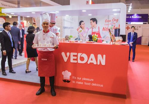 Gian hàng nấu ăn của Vedan thu hút nhiều khách tham quan.