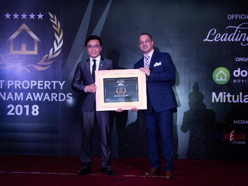 TGĐ Công ty cổ phần Bất động sản Linkhouse nhận giải thưởng Vietnams Best Real Estate Agencies 2018.