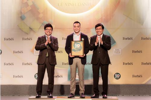 Đại diện Masan Group nhận chứng nhận top 50 công ty niêm yết tốt nhất Việt Nam 2018 từ ban tổ chức.