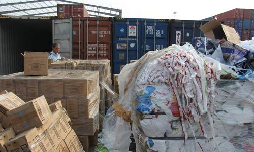 Các container phế liệu tồn đọng tại cảng TP HCM. Ảnh: Báo Hải quan