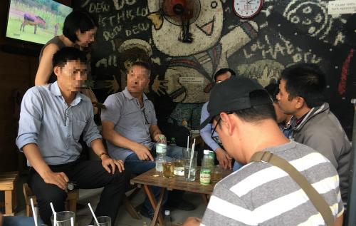 Các nhà đầu tư của Sky Mining tập hợp trước lúc mang đơn tố cáo lên Công an quận Phú Nhuận chiều ngày 30/7. Ảnh; Dỹ Tùng