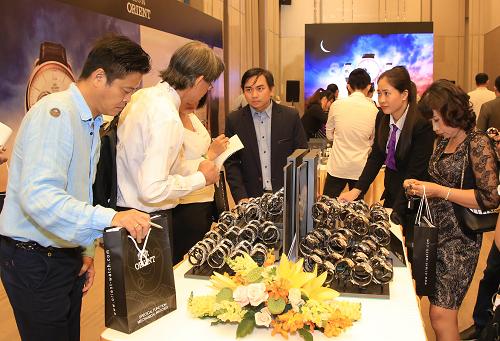 Khách hàng tìm hiểu những dòng sản phẩm mới của Orient tại Việt Nam.