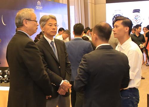 Ông Katagiri Masaru - Giám đốc kinh doanh và tiếp thị mảng thiết bị đeo tay của SEC (thứ hai từ trái qua) trao đổi với các đối tác Việt Nam.