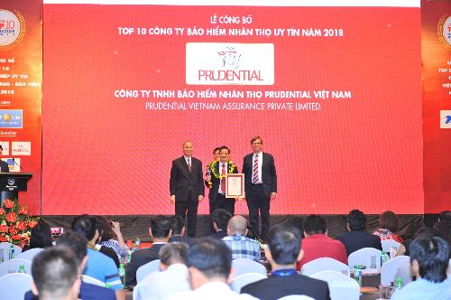 Đại diện Prudential nhận chứng nhận top 10 công ty bảo hiểm nhân thọ uy tín năm 2018.